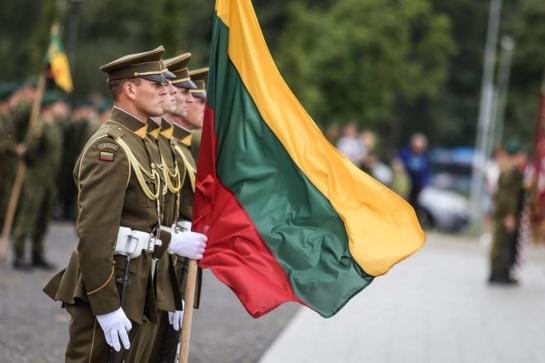 """Klaipėdoje  Lietuvai prisiekė daugiau nei 600 šauktinių, Motorizuotajai pėstininkų brigadai """"Žemaitija""""  įtekta kovinė vėliava"""
