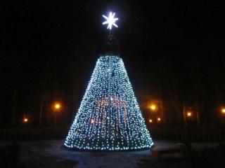 Jurbarke įžiebtos žaliaskarės paskelbė Kalėdų laukimo pradžią