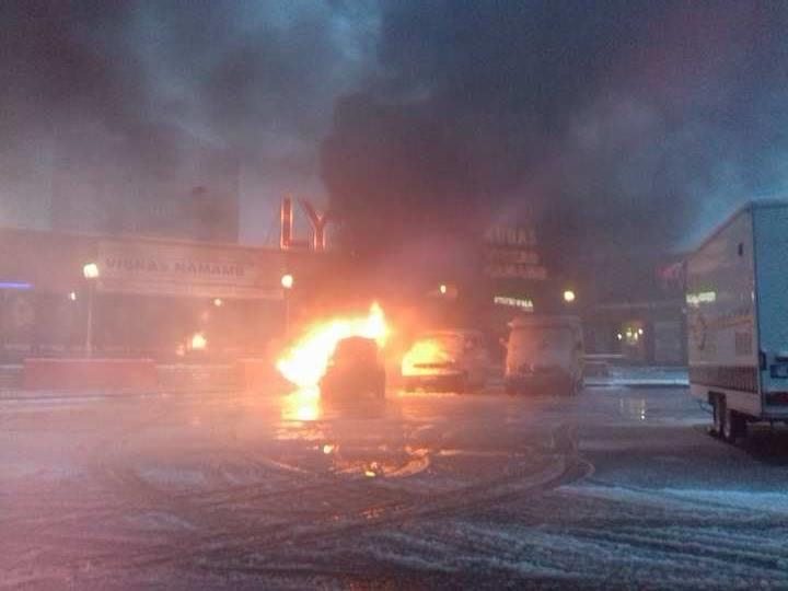 Šiauliuose atvira liepsna degė automobilis