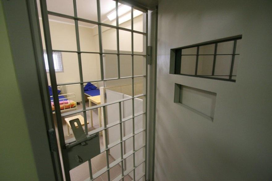 Seime - pasiūlymas neleisti išvengti grotų padarius sunkų nusikaltimą, kriminologai idėją kritikuoja