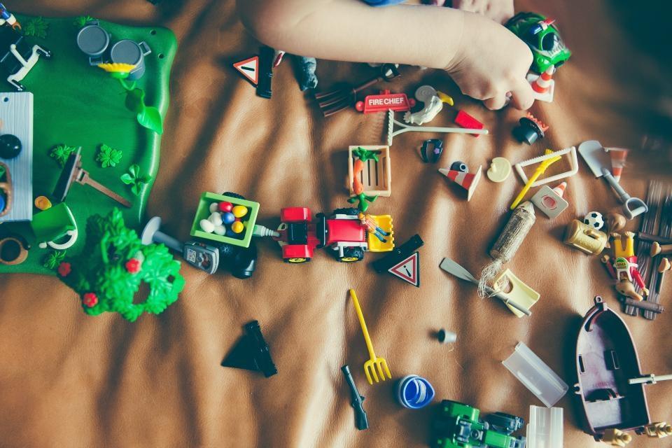 Vaikų išdaigos pasibaigusios nuostoliais: kryžiukais pažymėti automobiliai ir sulaužyti draugų žaislai