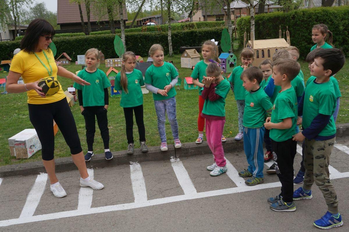 """Darželio """"Nykštukas"""" auklėtiniai sporto šventėje pristatė projektą """"Aš laimingas Plungės mieste!"""""""