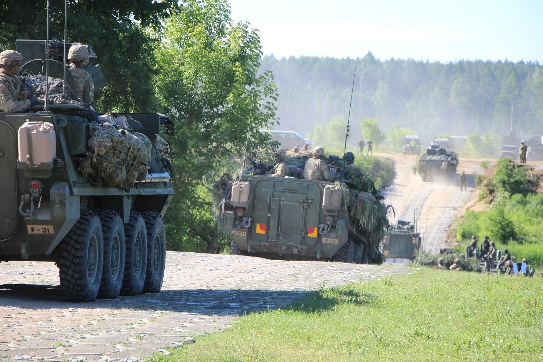 Švenčionių rajone nuo tralo nuvirto kariuomenės šarvuotis