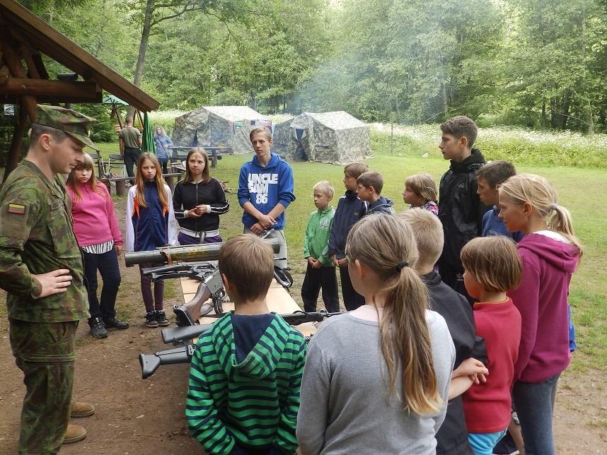 Vaikai iš socialinės rizikos šeimų vasarojo sukarintoje stovykloje