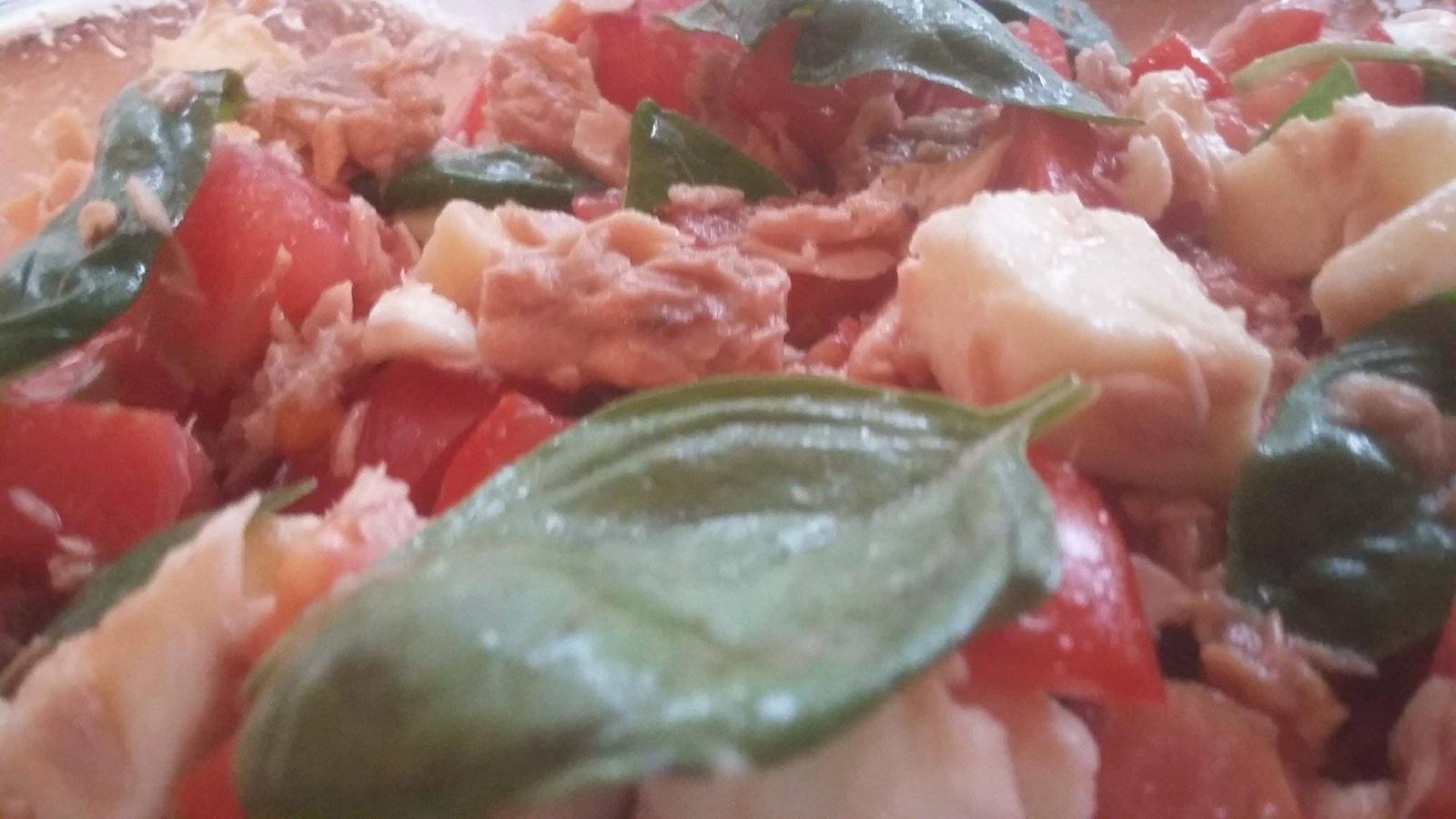 Sezoniška, paprasta ir sveika, salotų vedantieji – pomidorai ir bazilikas