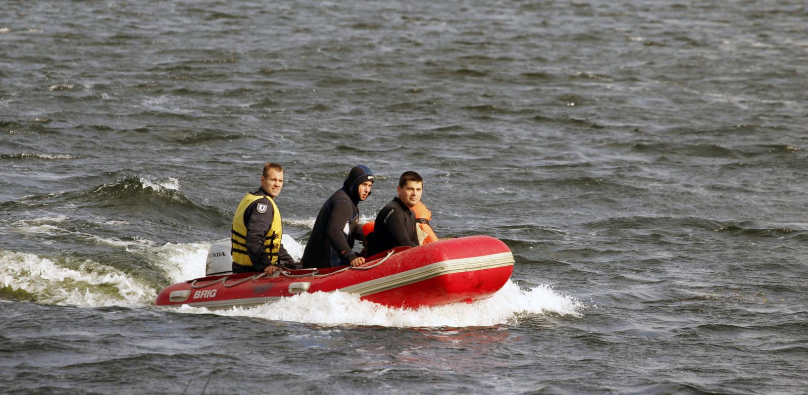 Ugniagesiai talkino su valtimis vandens telkiniuose užstrigusiems poilsiautojams