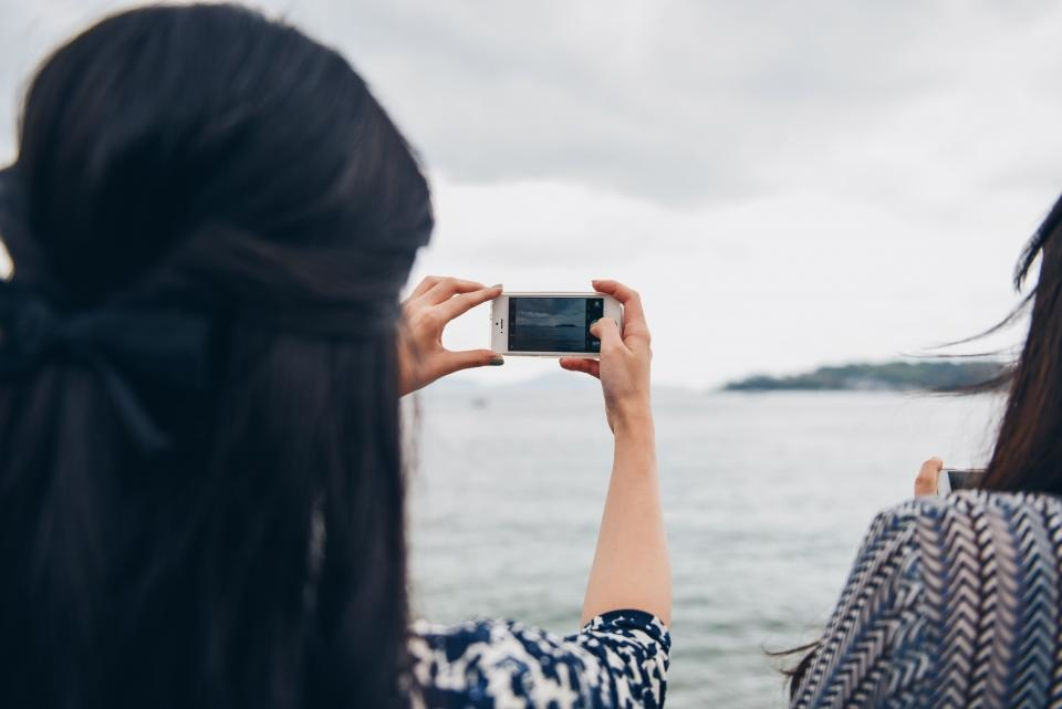 Mobiliuosius telefonus doroja žoliapjovės, praryja ežerų gelmės