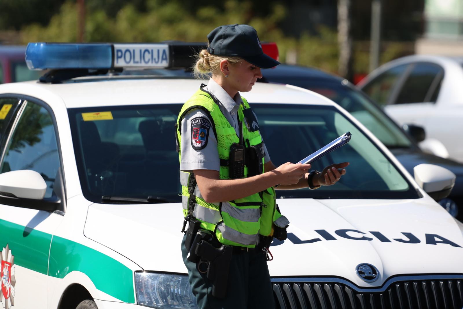 Mažeikiuose neblaivūs įtariamieji iš pareigūnės mėgino atimti ginklą