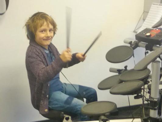 YAMAHA muzikos mokykloje laukiami jaunieji gitaros ir būgnų entuziastai