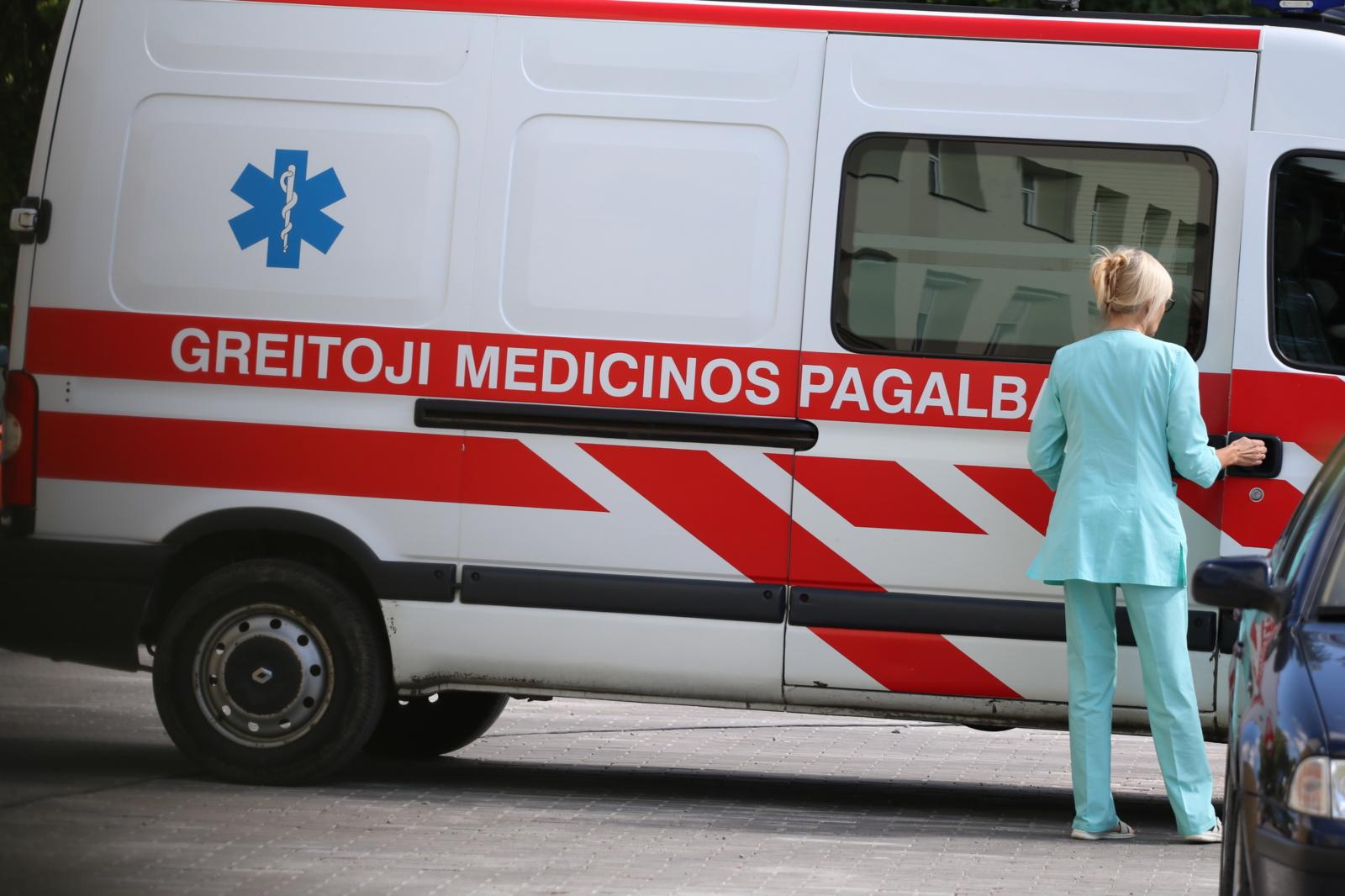 Vilniuje ant kelio nuvirtęs medis apgadino važiuojantį automobilį, vairuotojas ligoninėje