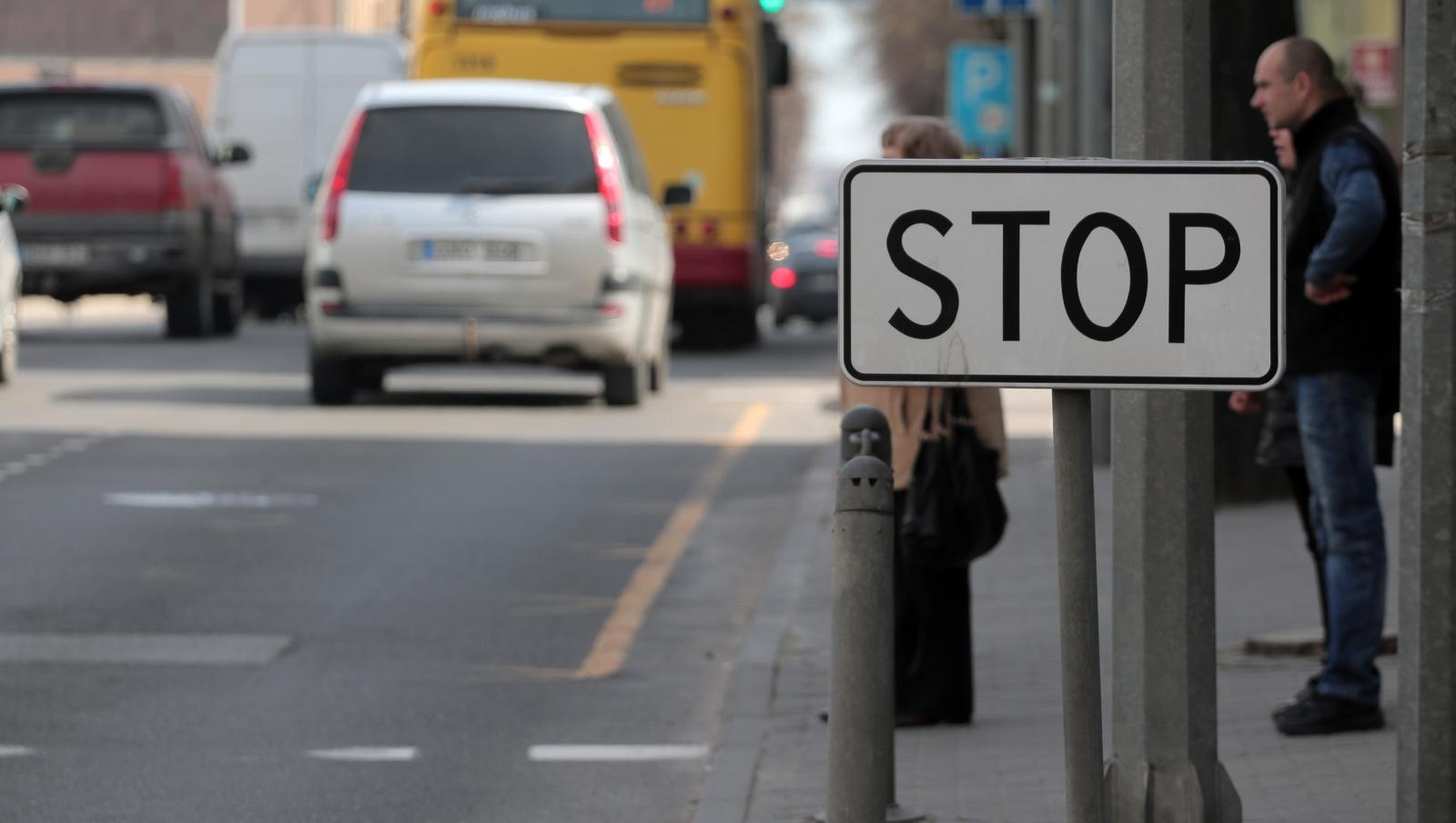 Seimas patikslino baudas už įvažiavimą į priešpriešinio eismo juostą