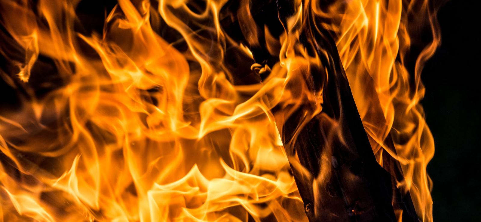 Vėlyvą vakarą Šiauliuose degė namas (vaizdo įrašas)