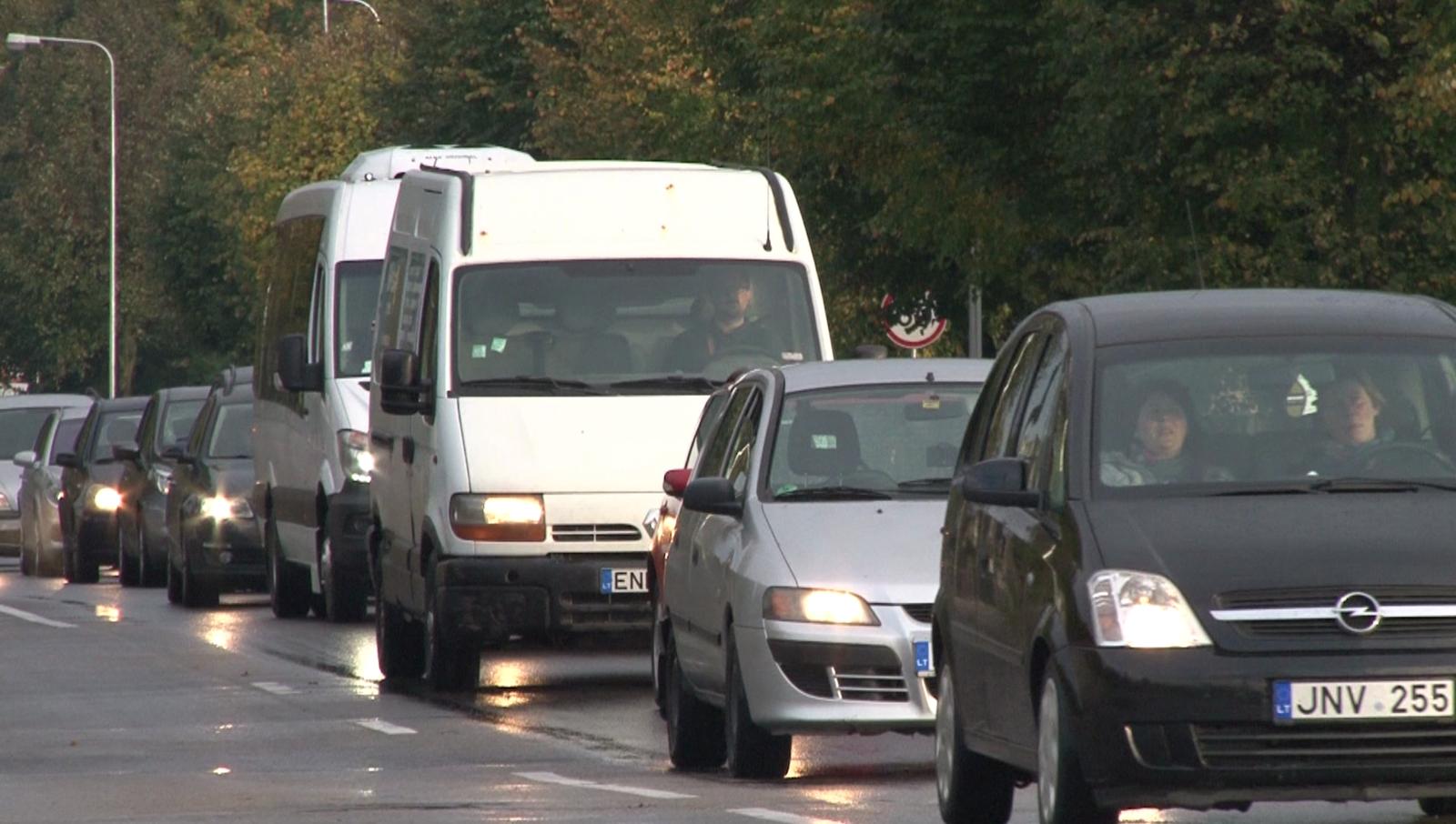 Prezidento patarėjas apie automobilių taršos mokestį: gali padidinti atskirtį