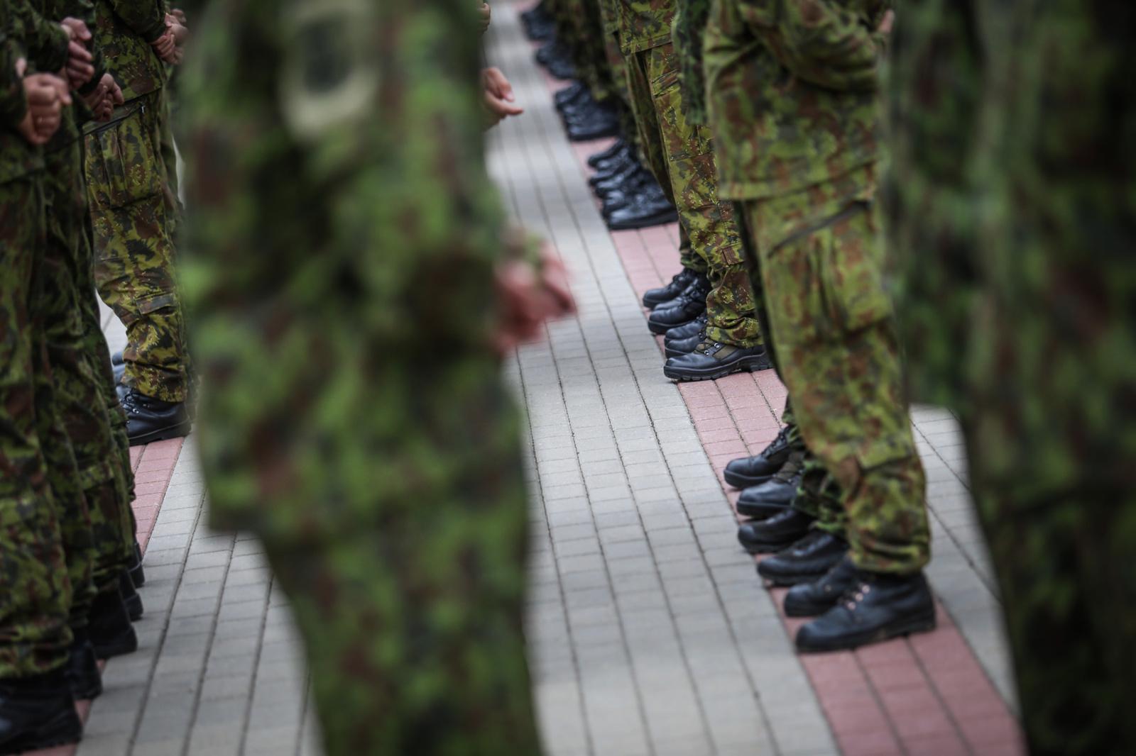 Šiauliuose neblaivus vairuotojas per užkardas įvažiavo į Lietuvos kariuomenės teritoriją