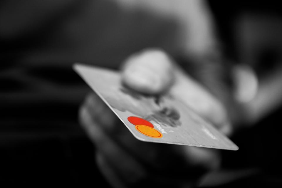 Policija pradėjo ikiteisminį tyrimą dėl bankų klientus atakuojančių sukčių