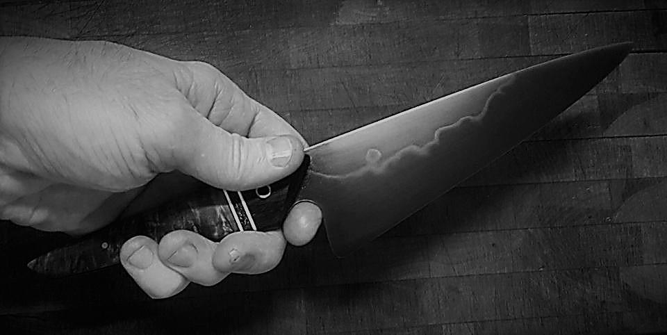 Neblaivi moteris peiliu sužalojo vyrą