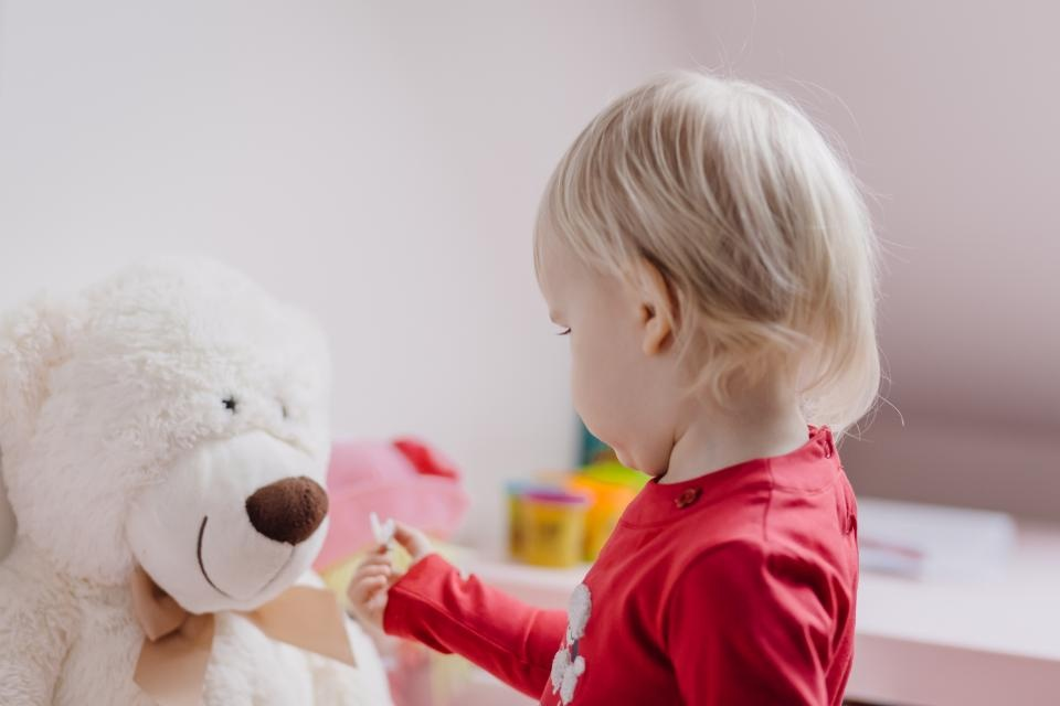 Pernai beveik per pusę sumažėjo įvaikinimo laukiančių mažamečių vaikų