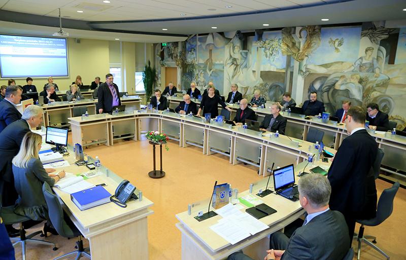 Šventinė Tarybos posėdžio pradžia virto tikru chaosu