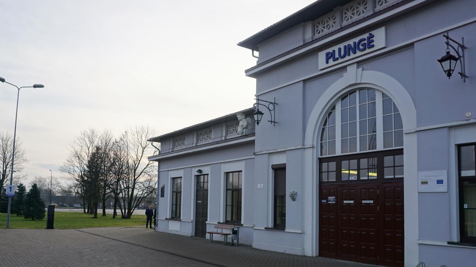 Tarėsi dėl geležinkelio ir autobusų stočių Plungėje sujungimo