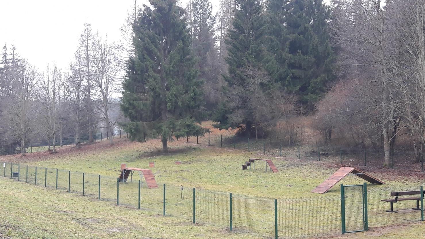 Anykščiuose įrengta pirmoji šunų vedžiojimo aikštelė
