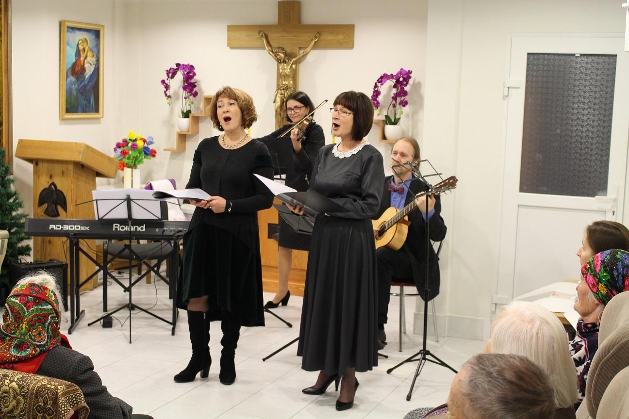 Muzikos mokyklos mokytojų kalėdinis koncertas senelių globos namuose