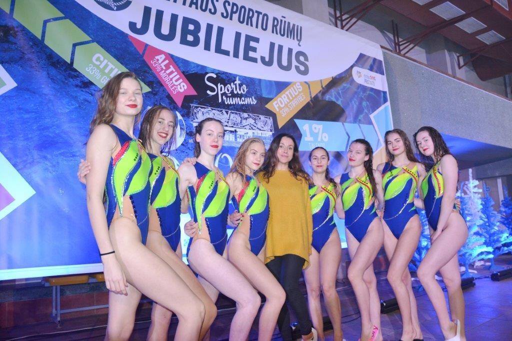 Dailiojo plaukimo atstovių pasirodymai kūrė šventinę nuotaiką
