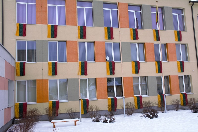 Ignalinos Česlovo Kudabos progimnazija pasipuošė vėliavomis