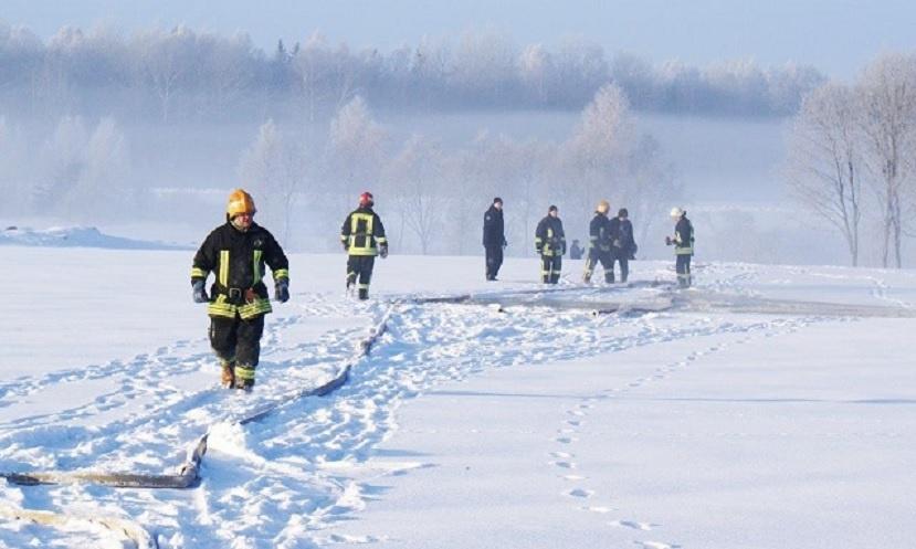 Ugniagesiams tenka įveikti ne tik ugnį, bet ir šalčių eibes