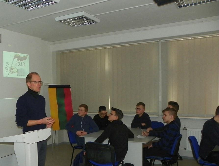 ŠU gimnazijos bendruomenė paminėjo Lietuvos Nepriklausomybės dieną