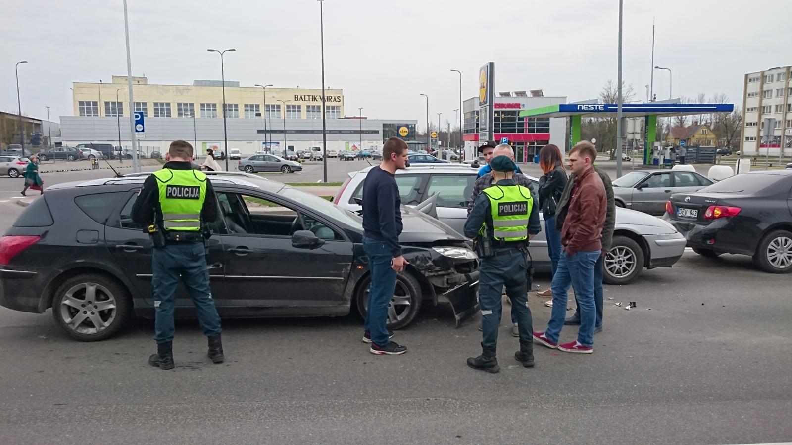 Eismo įvykyje - keturi apgadinti automobiliai (papildyta vaizdo medžiaga)