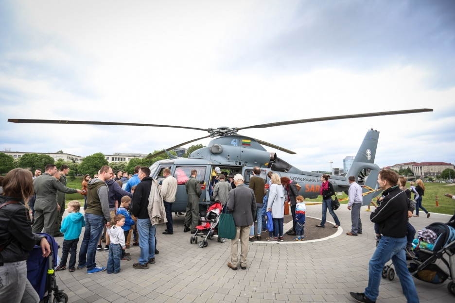 """Vaizdo rezultatas pagal užklausą """"Kariuomenės ir visuomenės dienoje Alytuje – ir NATO sąjungininkų kariai"""""""