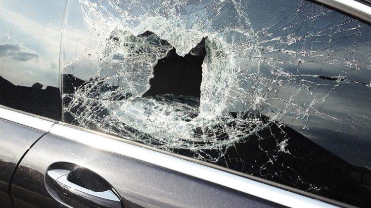 Kupiškio rajone neturintis teisės vairuoti vyras atsitrenkė į medį