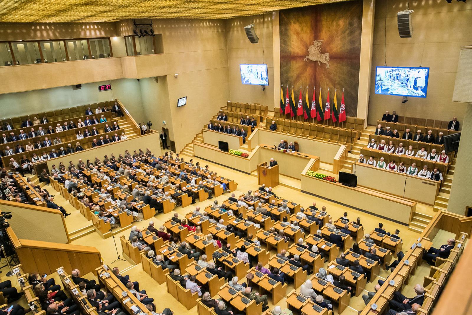 Seimas pagerbė pirmųjų masinių trėmimų ir žudynių aukų atminimą
