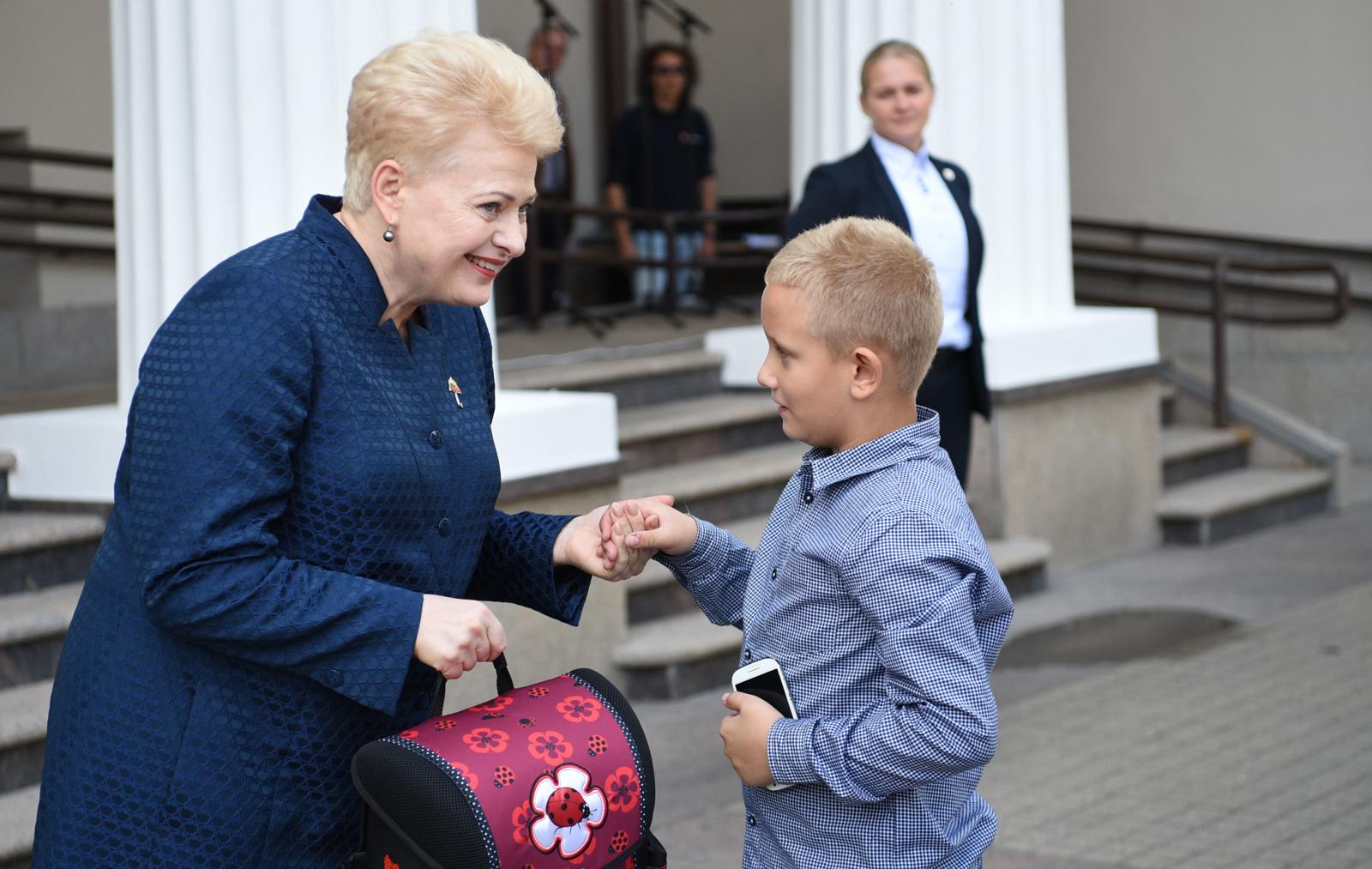 Keli pirmokėliai į mokyklą keliaus su prezidentės dovanotomis kuprinėmis