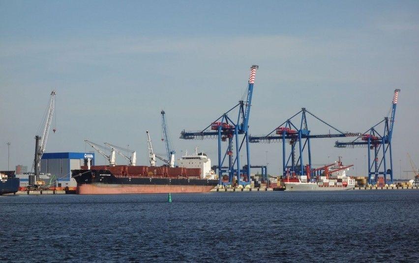 Klaipėdos uoste tęsiami naftos teršalų surinkimo darbai