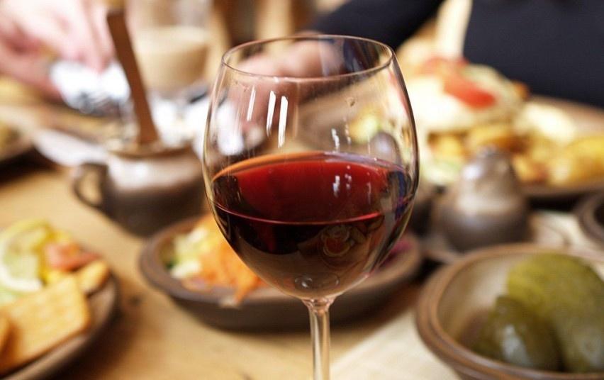 Ar galima prie vaikų vartoti alkoholį?