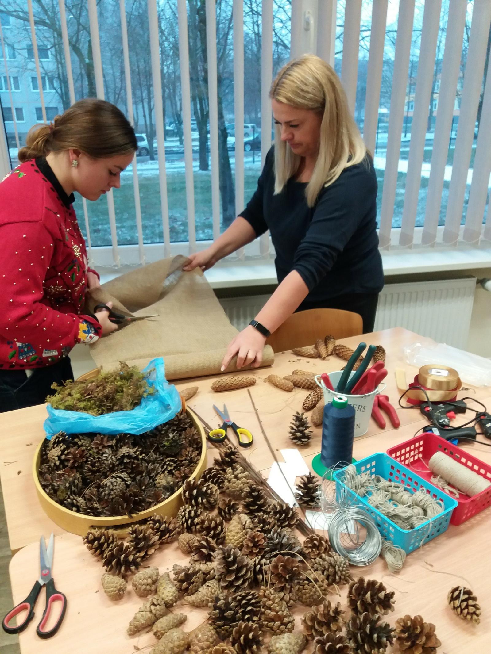 Šiaulių Dainų progimnazijos mokytojai mokėsi gaminti Advento vainiką