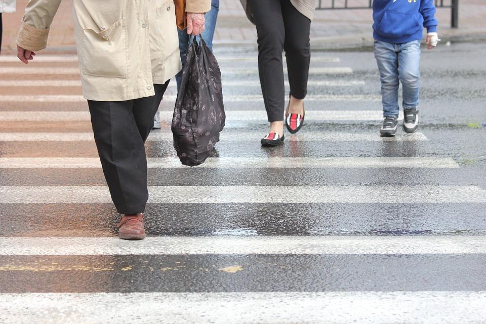 Naujovė pėsčiųjų saugumui - šviečiančios juostos prie perėjų