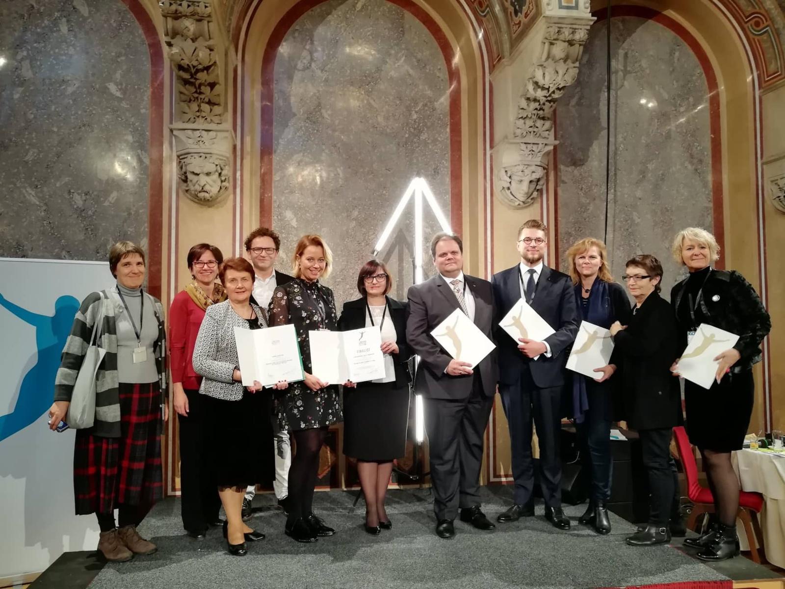 """Žiūrų kaimo bendruomenės atstovams Vienoje įteiktas konkurso """"Politikos inovacijų apdovanojimai"""" diplomas"""
