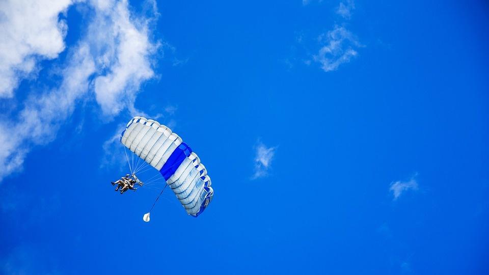 102 metų senolė tapo vyriausia pasaulyje šuolininke parašiutu