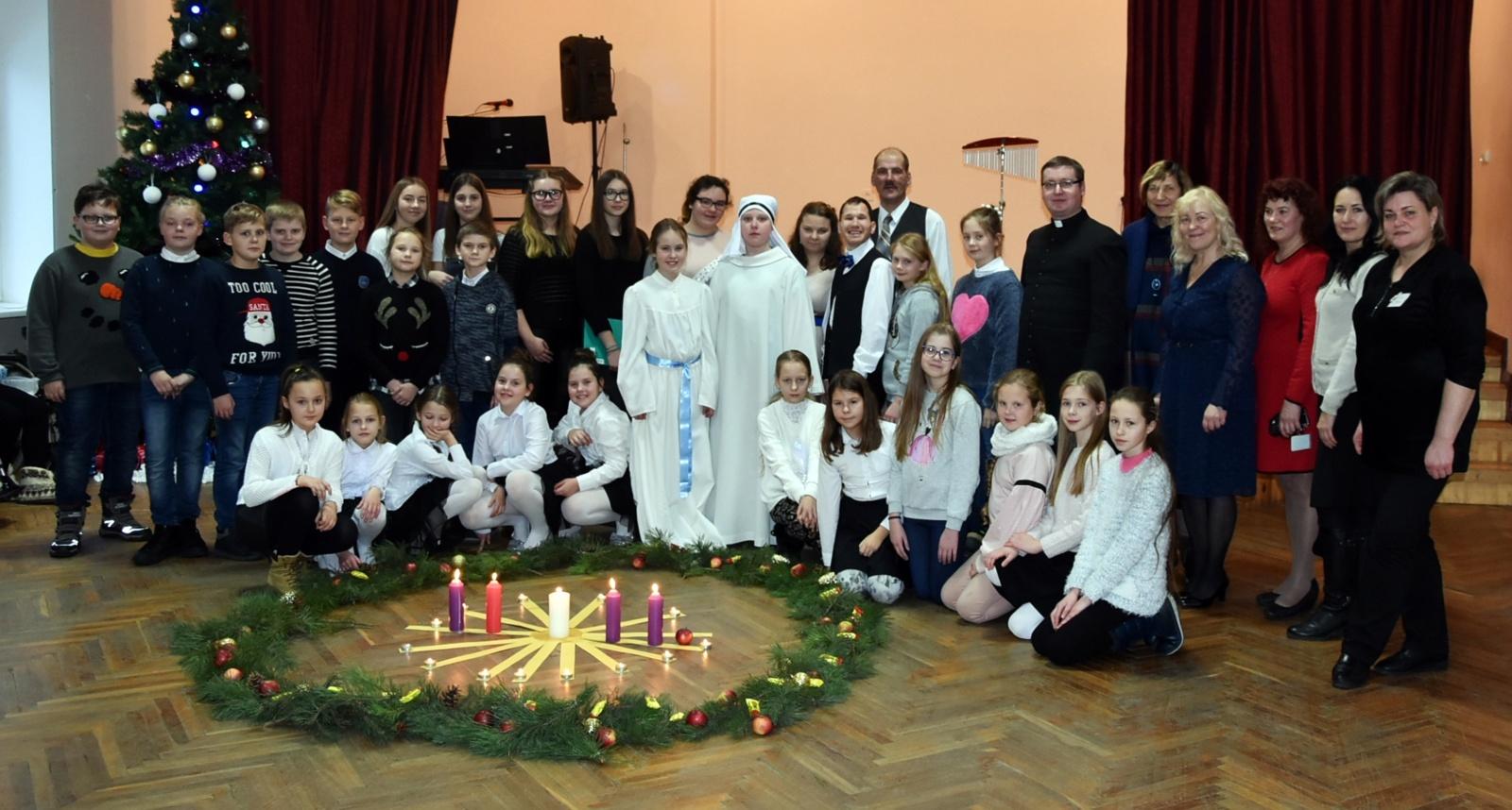 Šiaulių Dainų progimnazijos mokiniai Aukštelkės socialiniuose globos namuose