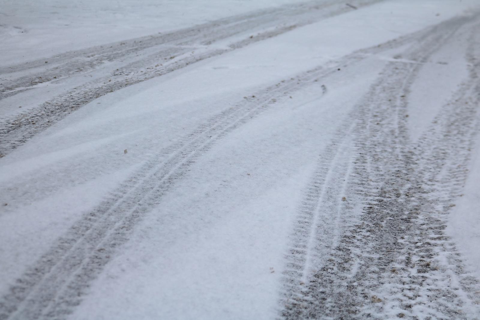Kelių būklė ir eismo sąlygos: yra slidžių ruožų