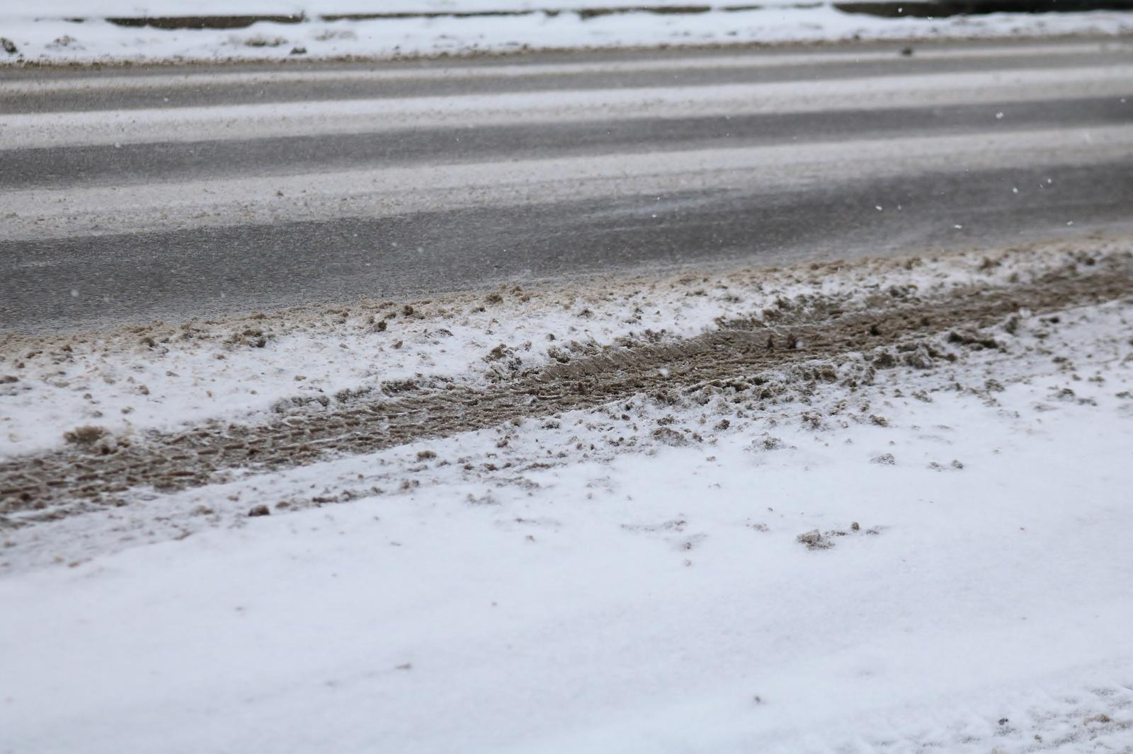Kelių būklė ir eismo sąlygos: yra slidžių kelio ruožų
