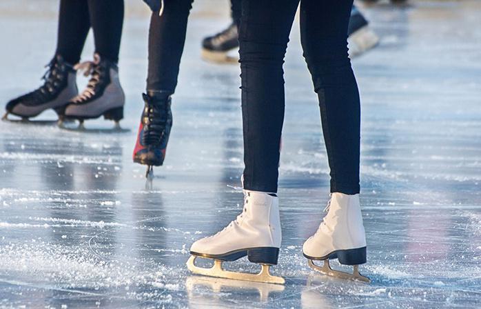 Jau formuojamas čiuožyklos ledas