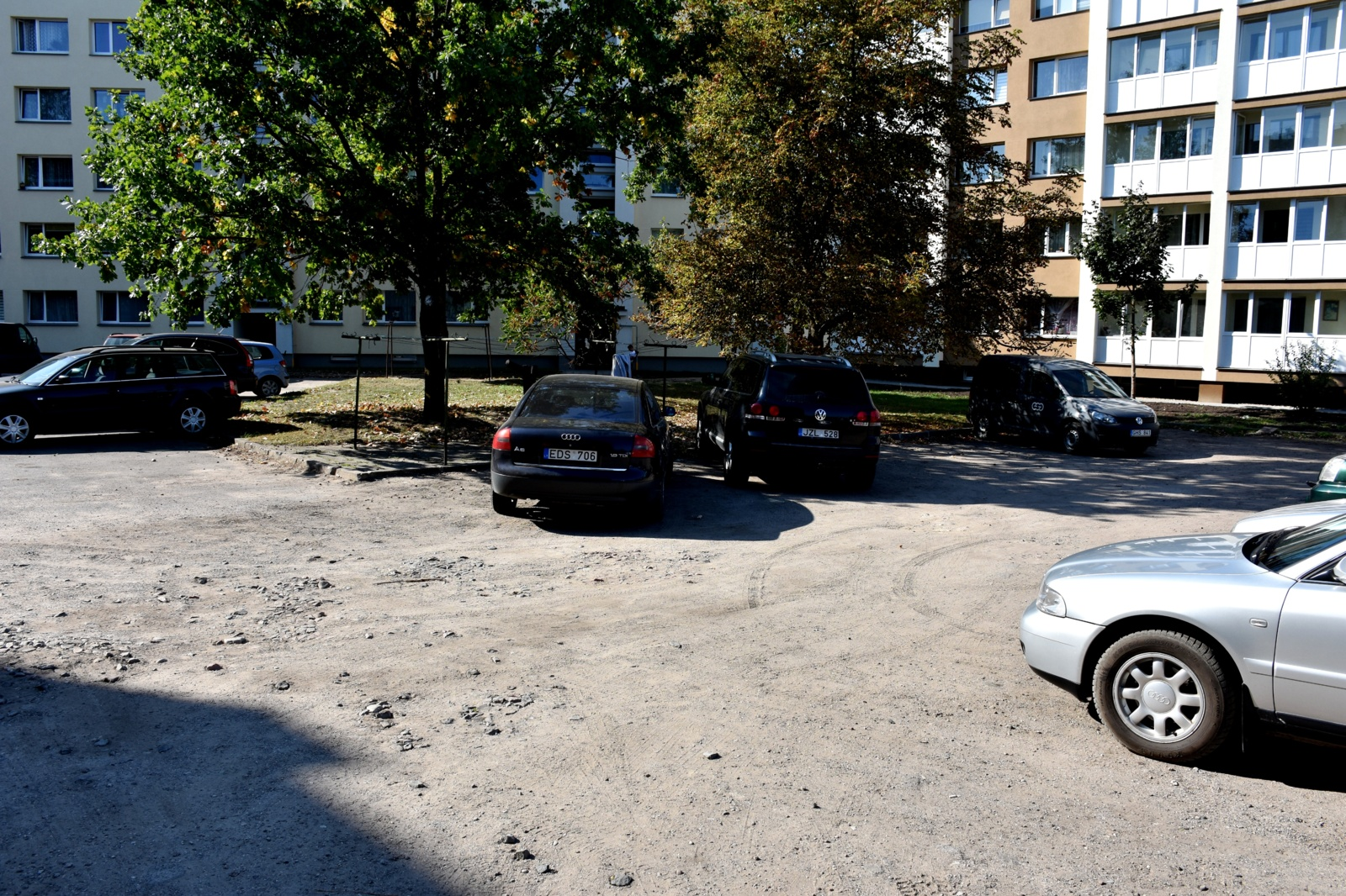 Bus sutvarkytos Varėnos miesto teritorijos prie daugiabučių gyvenamųjų namų