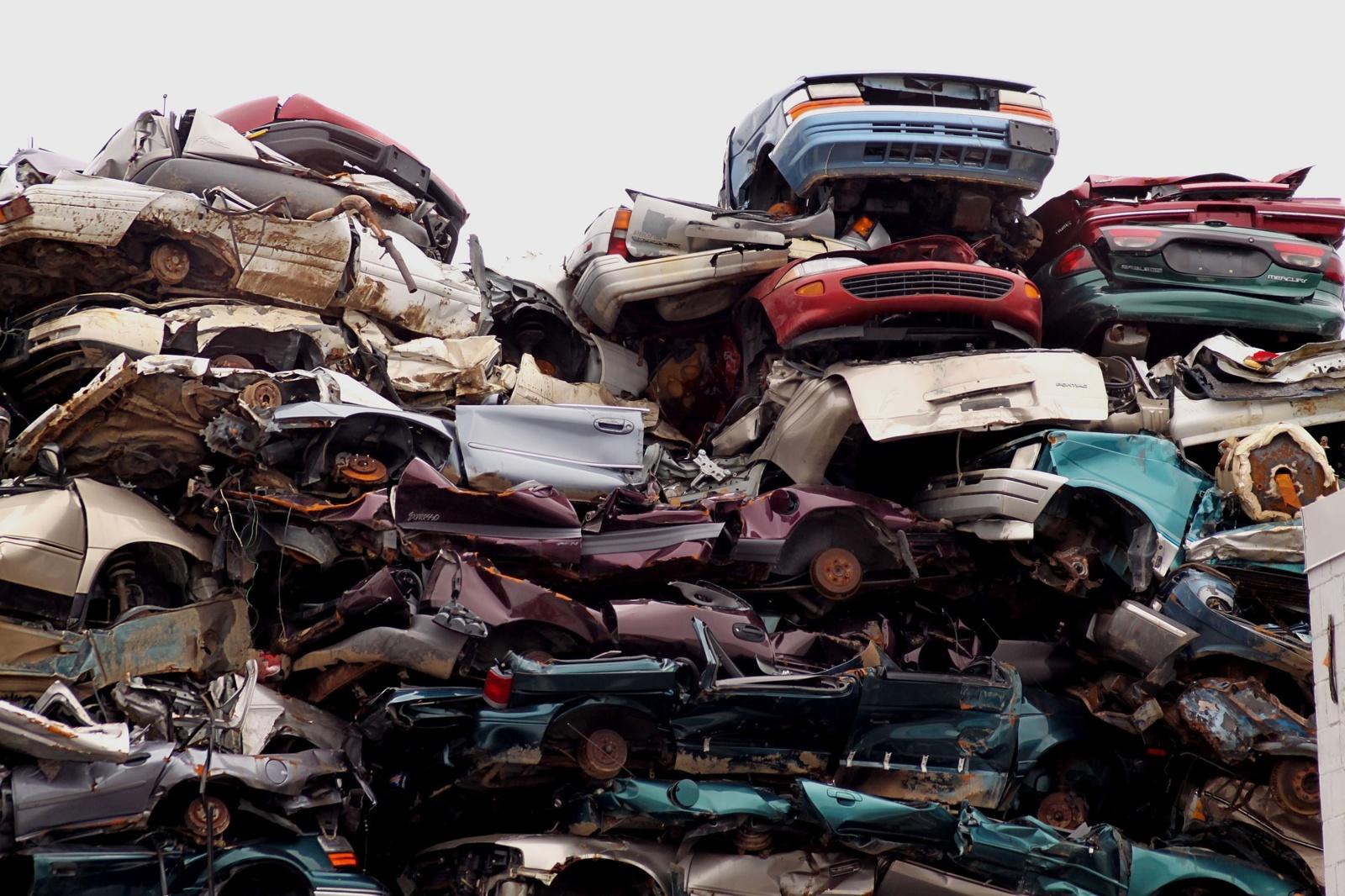 Tariamasi, kaip spręsti transporto priemonių atliekų tvarkymo problemas