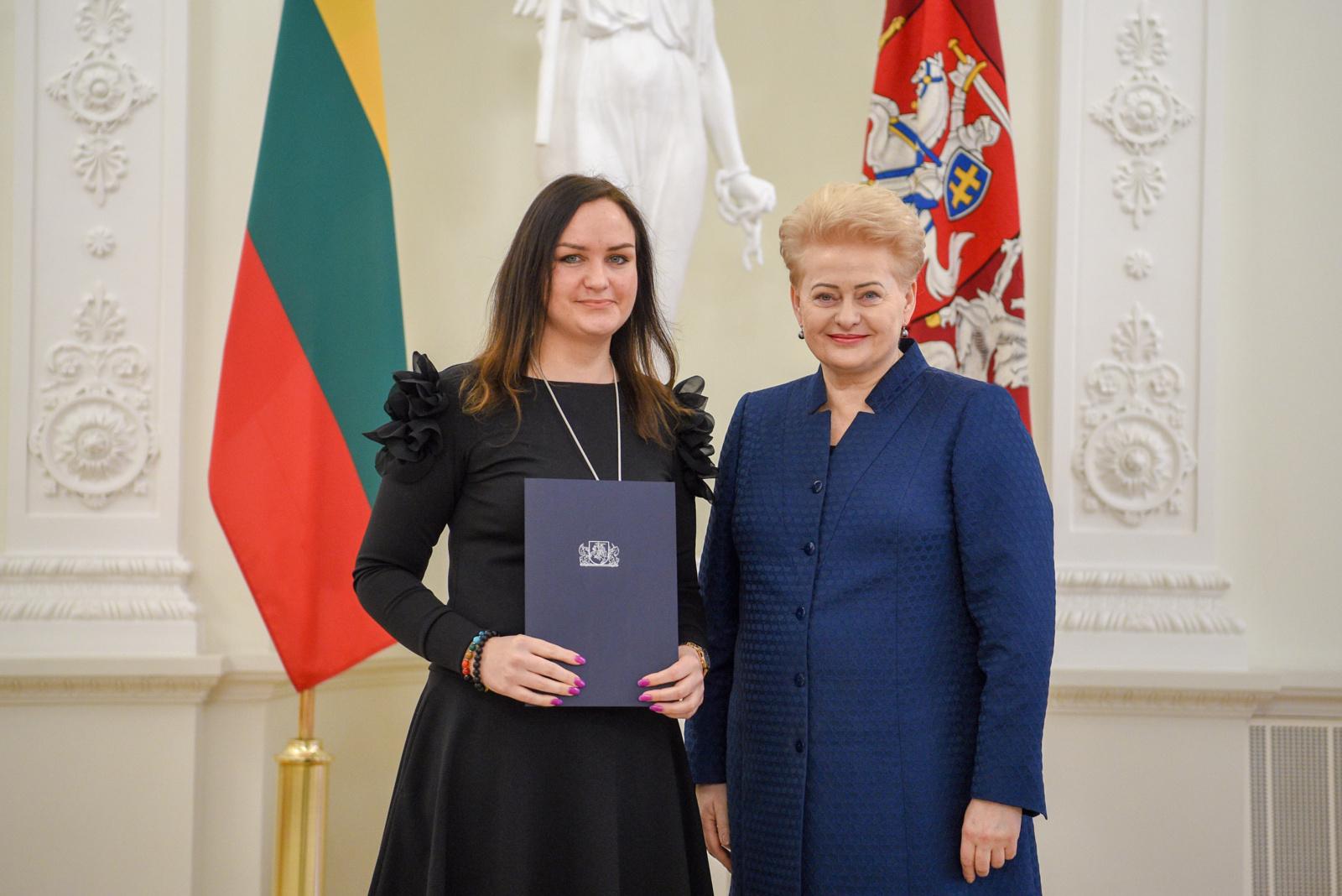 Už inovatyvius sprendimus medžiagų inžinerijoje KTU doktorantei – apdovanojimas iš Prezidentės rankų