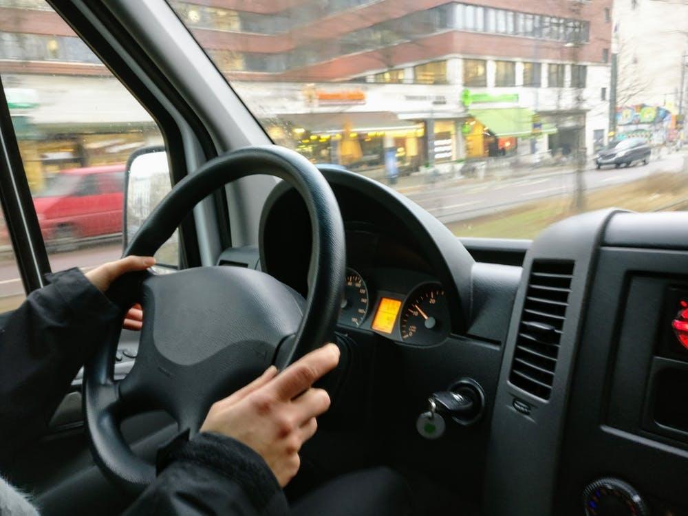 Panevėžio rajone nuo kelio nuvažiavo autobusas