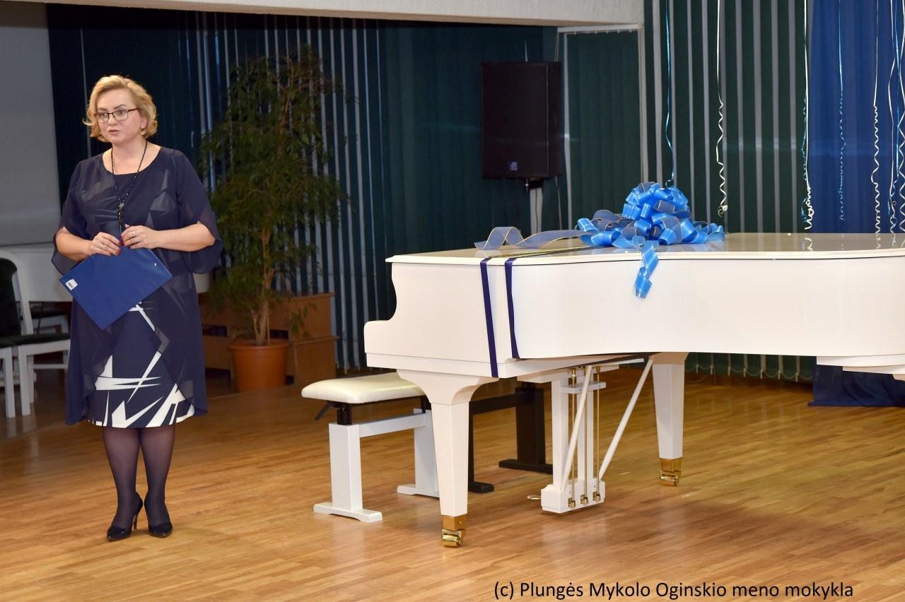"""""""Pakrikštytas"""" naujas Plungės meno mokyklos fortepijonas"""
