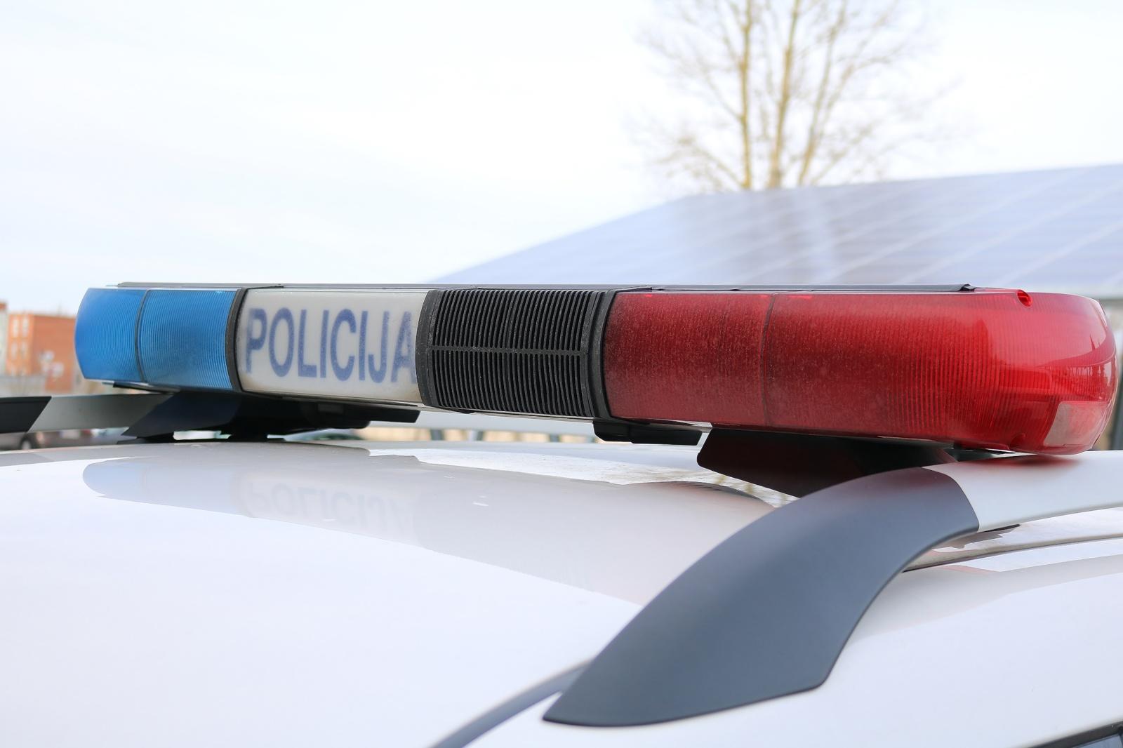 Apvirtus automobiliui nukentėjo jauna vairuotoja ir paauglys keleivis